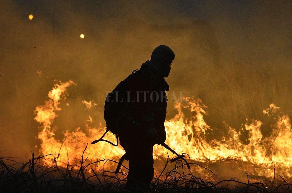 Río Salado. Esta es una de las quemas en la zona. Ocurrió en los últimos días en las islas entre Santa Fe y Santo Tomé y el humo invadió ambas ciudades. Crédito: Manuel Fabatía