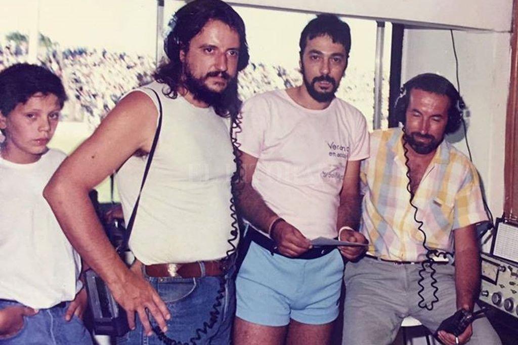 Toto, Walter, Piki y Raúl en la cabina del 15 de Abril. Crédito: Gentileza