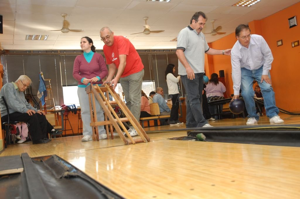 Personas no videntes juegan al bowling en El Clásico, un tradicional club que tiene un reconocido trabajo social. Crédito: Archivo El Litoral