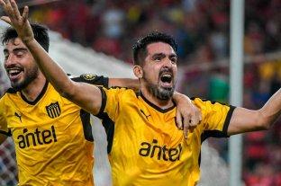 Peñarol quiere apagar el incendio con Lucas Viatri