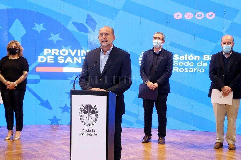 Omar Perotti, Pablo Javkin y los responsables de Salud provincial y municipal