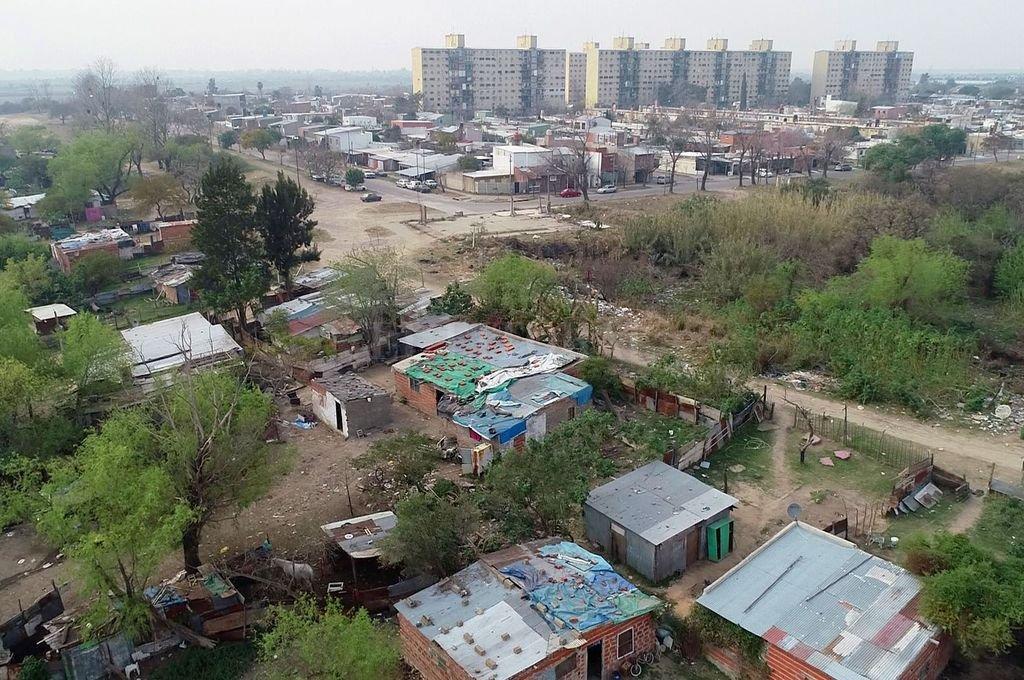 Asentamiento en el barrio El Pozo. Políticas urbanas que apunten a ciudades sostenibles, inclusivas, culturalmente diversas y participativas necesitan de políticas integrales de hábitat y de planificación urbana. Crédito: Fernando Nicola