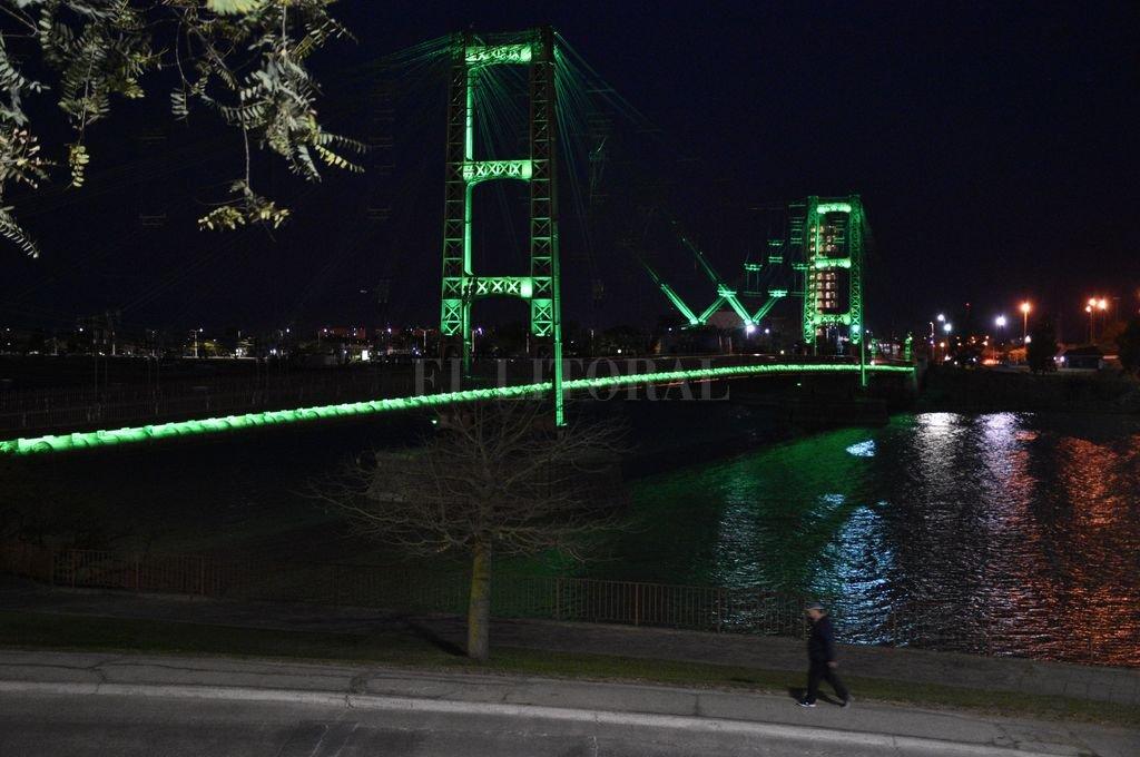 El 7 de septiembre último, el emblemático puente se tiñó de verde por el Día Mundial de la Fibrosis Quística Crédito: Manuel Fabatía