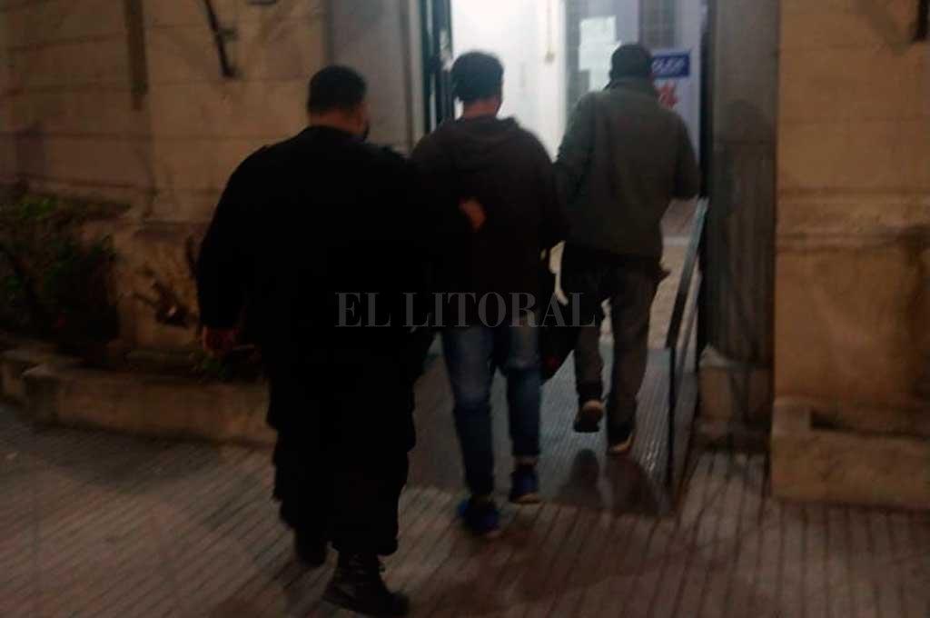 La policía detuvo a dos sujetos a los que le encontraron farolas de un local de barrio Candioti Crédito: Gentileza