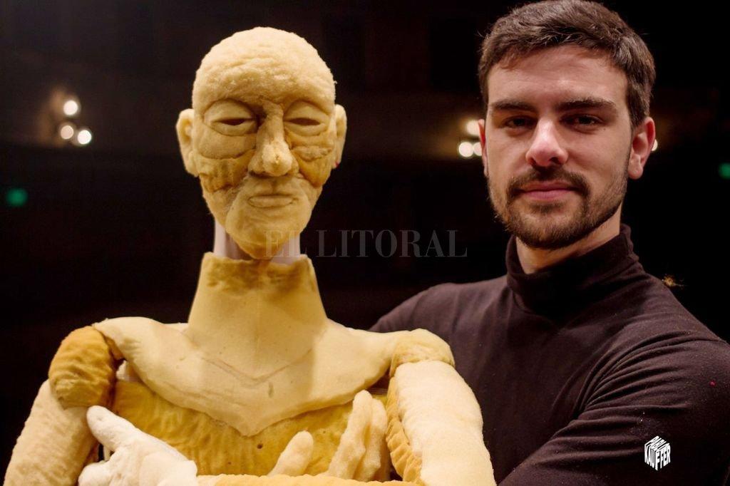 """El actor Elías Alberto junto a """"Eluno"""", el títere al que guía desde sus primeros pasos por el mundo.  Crédito: Gentileza Pablo Kauffer"""