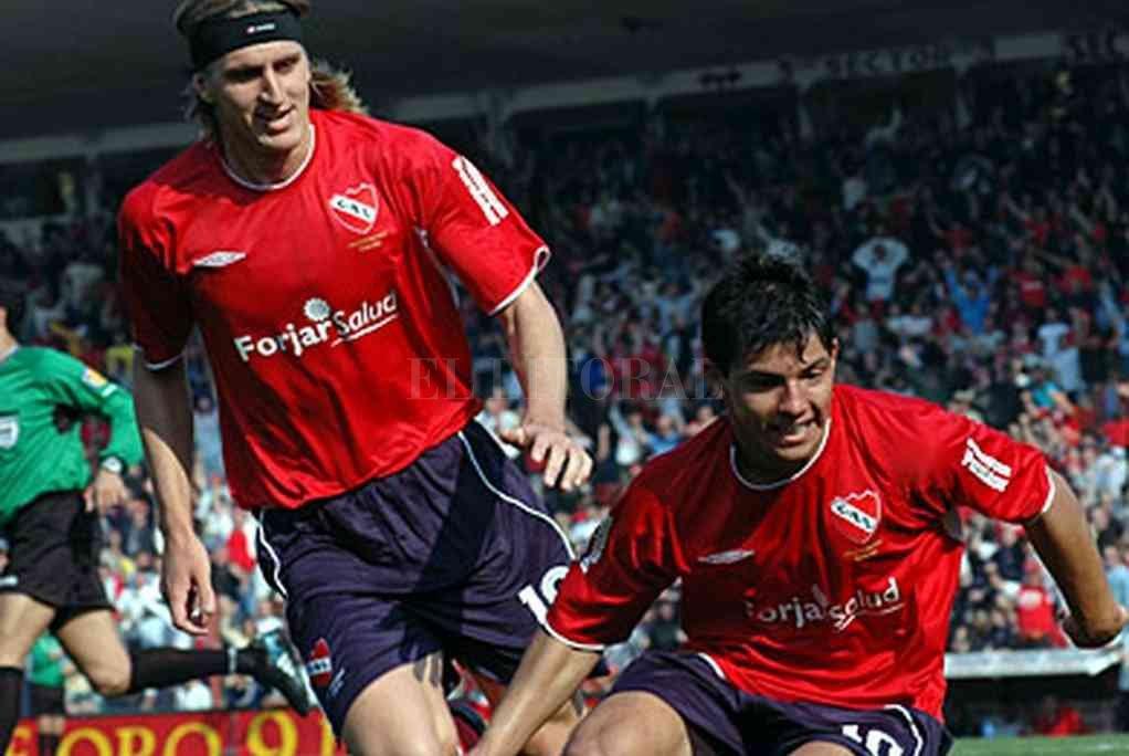 Nico Frutos y Kun Agüero, los héroes de esa tarde inolvidable para Independiente. Crédito: Archivo