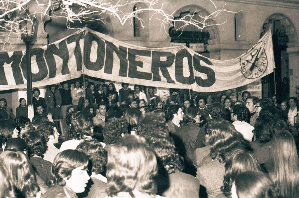 1972. Protesta de Montoneros en la UNL. Al cumplirse 50 años de su creación hoy vuelven, ya cargados de años, a reivindicar su lucha. Crédito: Archivo El Litoral