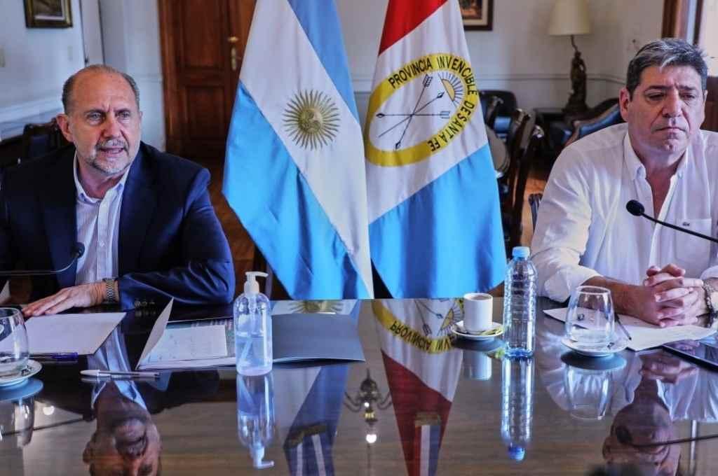 El gobernador junto a Carlos Maina, secretario de Empresas y Servicios Públicos, durante la videoconferencia.     Crédito: Gentileza