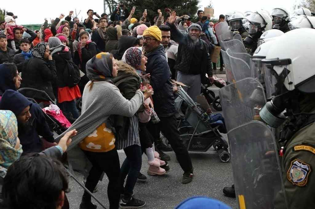 Mujeres, hombres y niños se enfrentan a las fuerzas policiales locales, en su intento por abandonar el campo de refugiados de Moria, Grecia. Las autoridades griegas insisten en que ellos mismos quemaron el campamento, para poder irse de allí.   Crédito: Gentileza