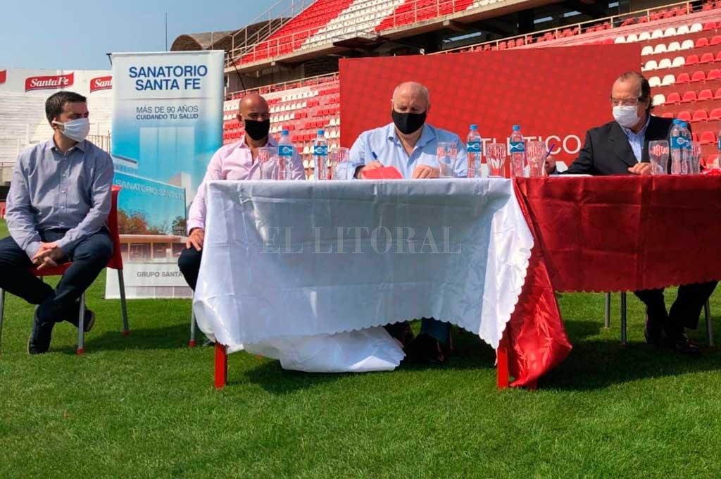 De izquierda a derecha, Andrés Monsalvo, Edgardo Zin, Luis Spahn y el doctor Rodríguez Sañudo en la firma del acuerdo entre el club y Sanatorio Santa Fe. Crédito: Gentileza Prensa Club Atlético Unión