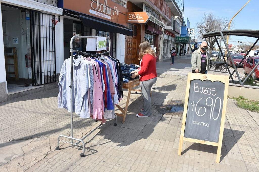 Este sábado la actividad era prácticamente la habitual en Aristóbulo del Valle, una de las avenidas comerciales de la ciudad, a excepción de los negocios de mayor superficie que atendían con la modalidad online. Crédito: Guillermo Di Salvatore
