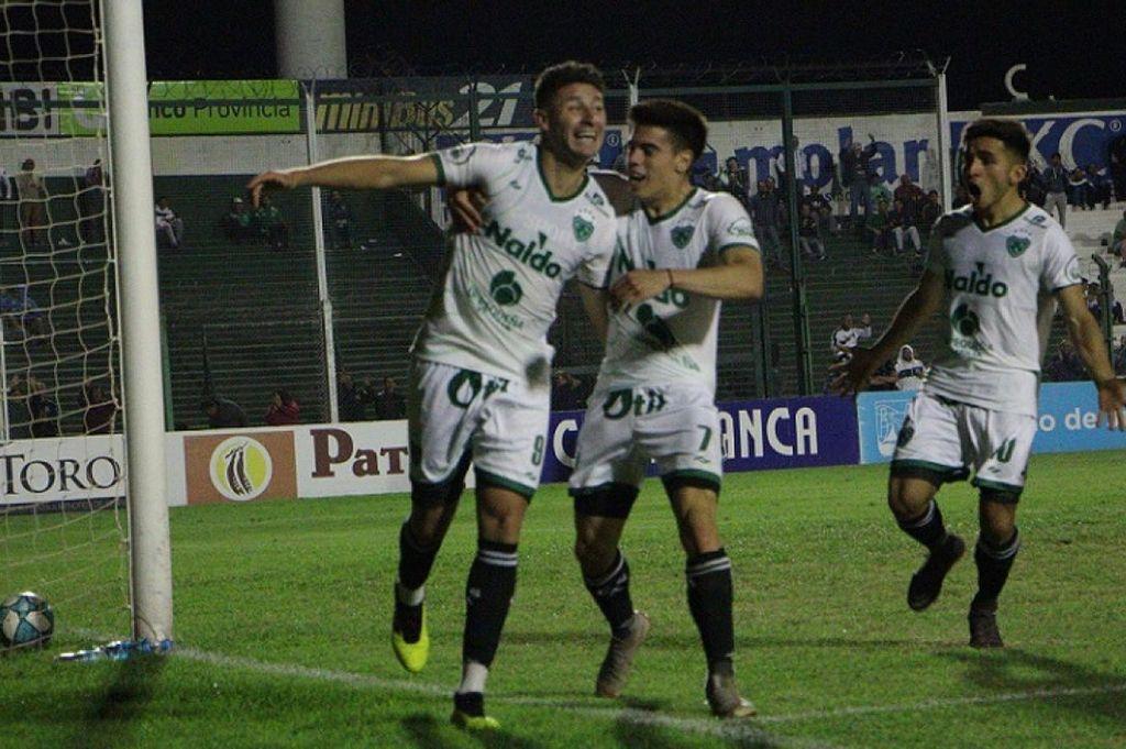 Fernándo Nuñez, festejando un gol con la camiseta de Sarmiento. Crédito: Archivo