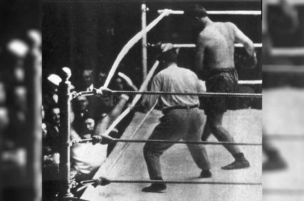 El momento en el que Dempsey vuela, literalmente, afuera del ring luego del golpe de Firpo. El árbitro debió haber decretado el nocaut o bien la descalificación del norteamericano.     Crédito: El Litoral