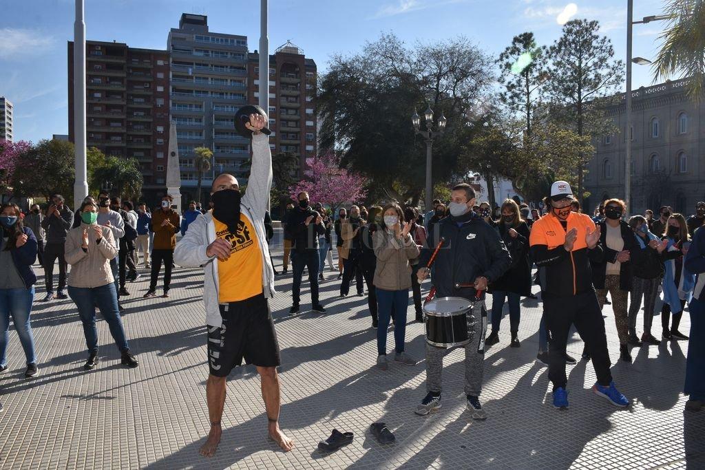 Mariano Ocampo, uno de los organizadores del entrenamiento, levanta una pesa rusa. Fue este lunes en la protesta frente a Casa de Gobierno. Crédito: Flavio Raina