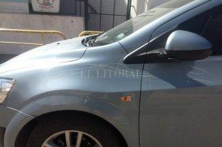 Paraná: un cuidacoches discutió con una conductora y le rayó el auto