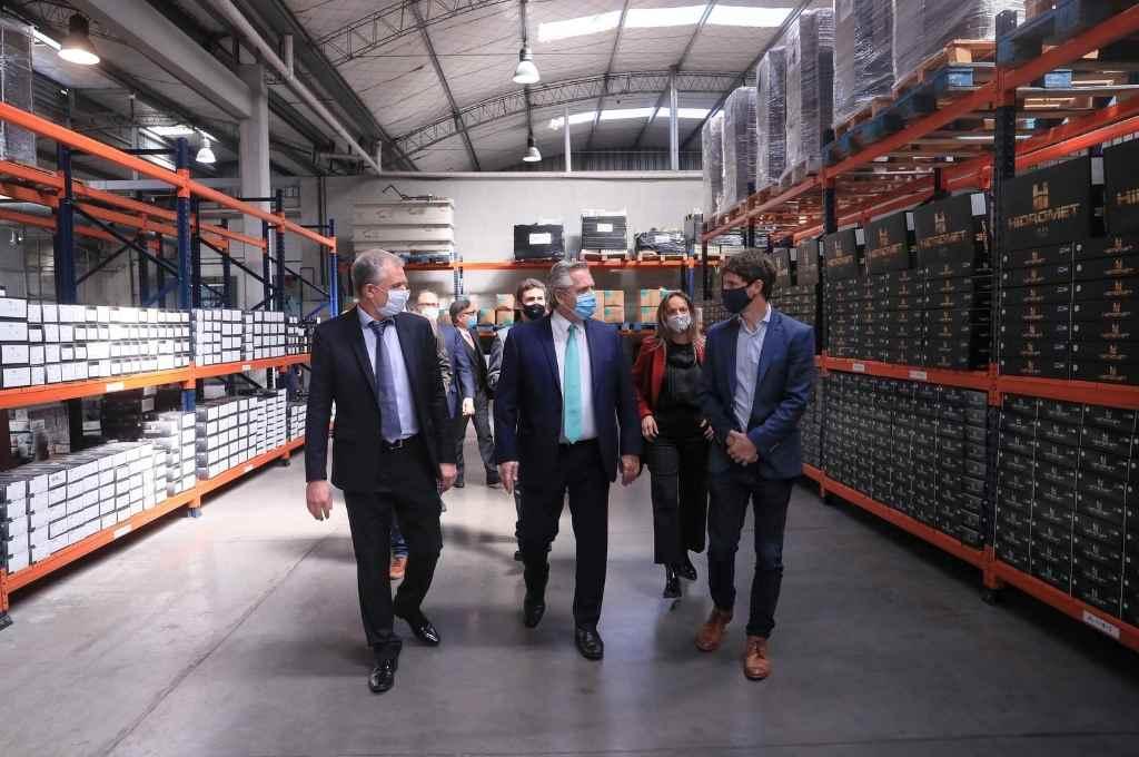 El presidente acompañado por directivos de Hidromet, durante la recorrida por la planta.   Crédito: Gentileza