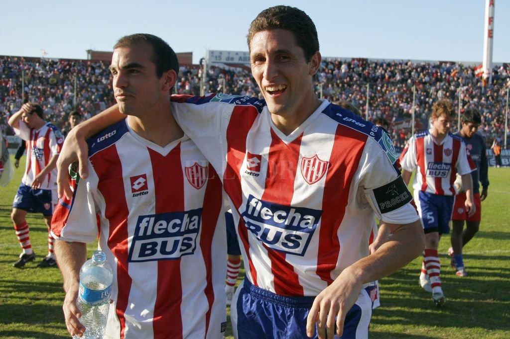 Con su amigo Marcelo Mosset apenas terminado aquél partido con goleada ante Aldosivi en el 15 de Abril. Crédito: El Litoral