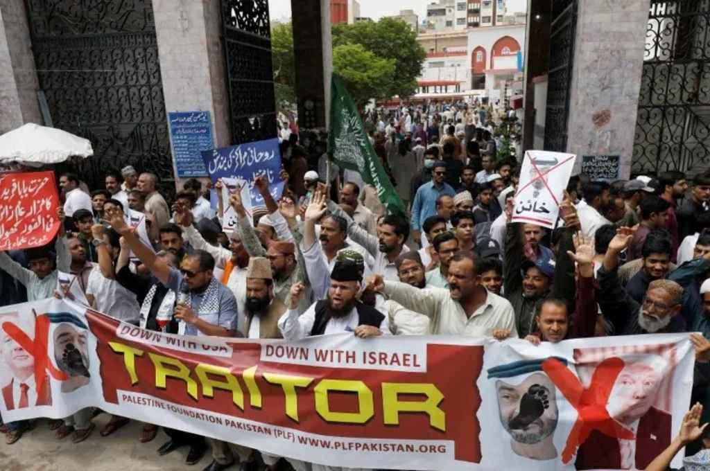 Traidores. Cientos de manifestantes, en distintos lugares del Medio Oriente, expusieron su indignación contra los firmantes de estos pactos.     Crédito: Internet