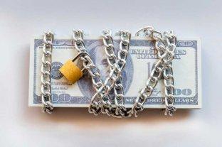 Nuevas restricciones a la compra de dólares: qué dicen los economistas