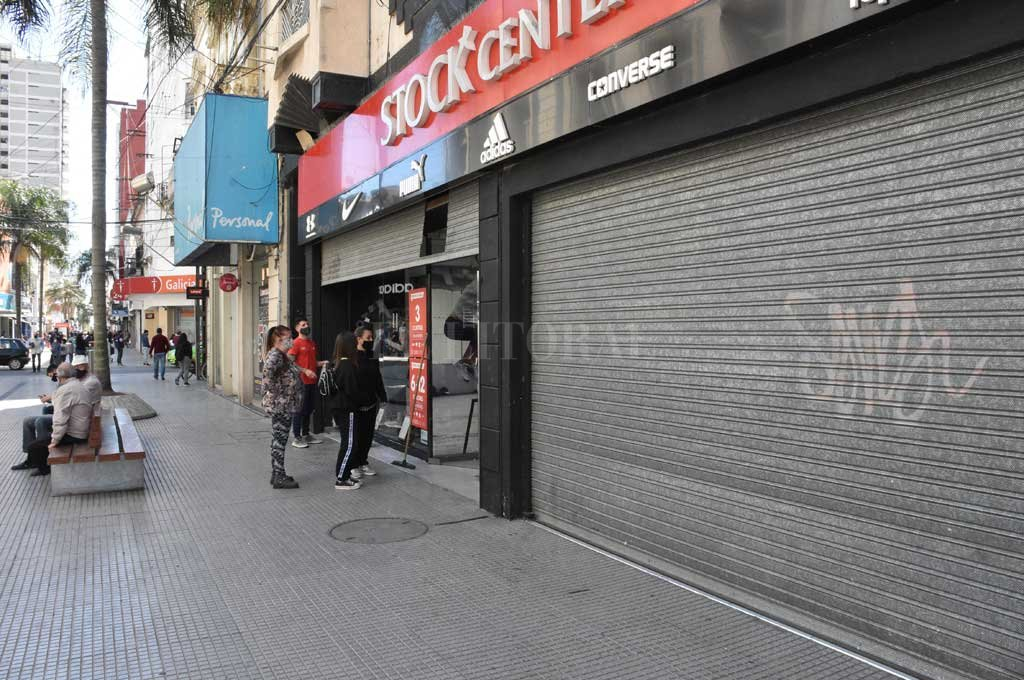 Desde la puerta. Los negocios abiertos no permiten el ingreso a los locales. Crédito: Guillermo Di Salvatore