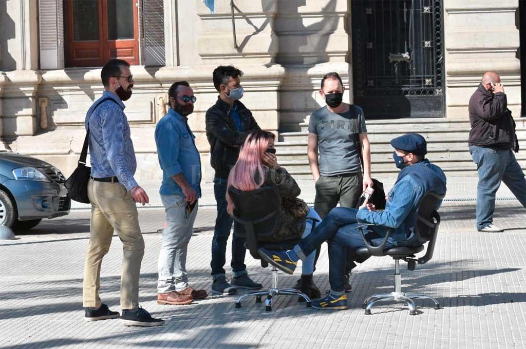 Muchos peluqueros esperaron en la plaza el resultado de la reunión con funcionarios. Crédito: Guillermo Di Salvatore