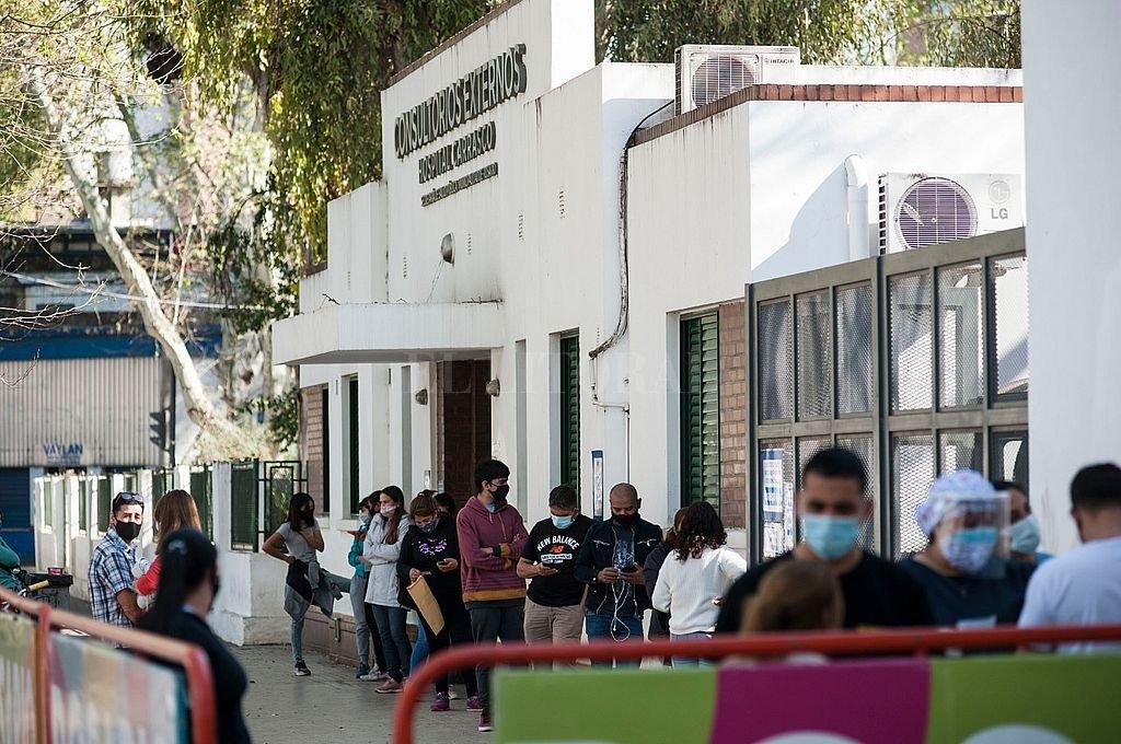 Largas colas en la guardia del Hospital Carrasco para hacerse hisopado. Crédito: Marcelo Manera