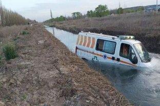 Una ambulancia que transportaba hisopados cayó a una acequia en Río Negro