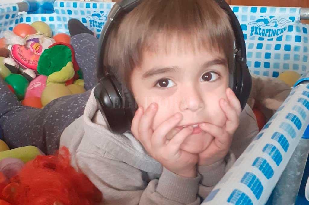Lorenzo, de 6 años, es uno de los tantos chicos con autismo que reciben terapias presenciales, con varios profesionales. Crédito: Gentileza Valeria Henaín