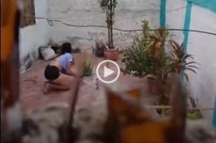 "Filmó a la vecina haciendo el ritual del ""agua de calzón"" y el video se volvió viral -"
