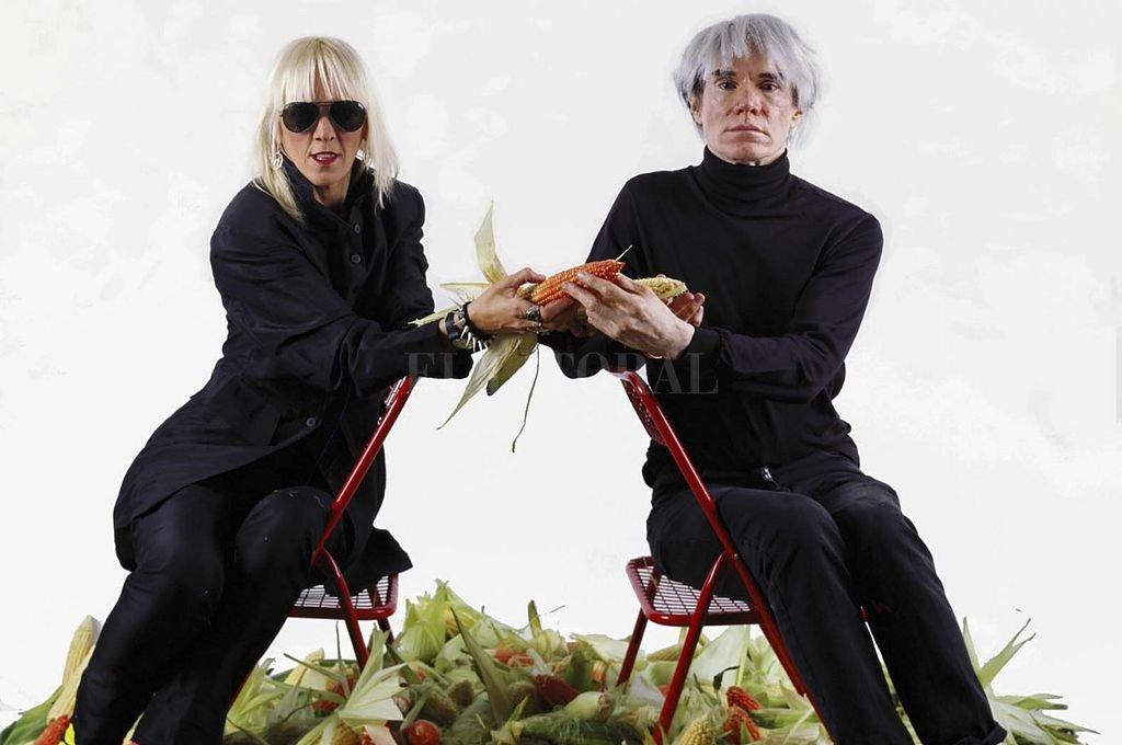 Marta Minujin y Andy Warhol en una presentación icónica. Crédito: Telam
