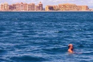 Nadó cinco horas en el mar para evitar que lo detengan por pasearse desnudo