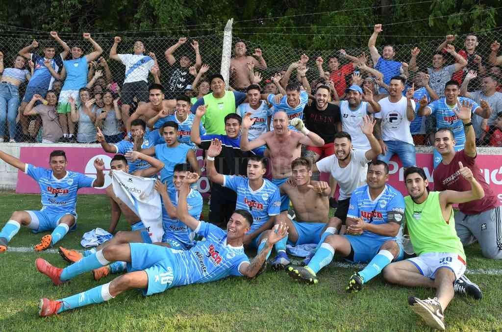 El último gran festejo de Ariel Douchín (en el centro), cuando Nuevo Horizonte ganó el torneo Clausura de la Primera B el año pasado. Crédito: Luis Cetraro