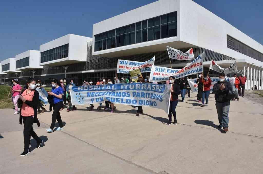 Iturraspe. Una de las manifestaciones se llevó a cabo este lunes por la mañana frente al hospital central del norte de la ciudad. Crédito: Guillermo Di Salvatore