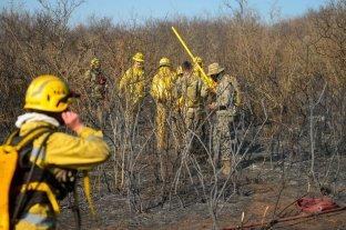 Dos focos de incendio son combatidos por bomberos voluntarios en las sierras de Córdoba