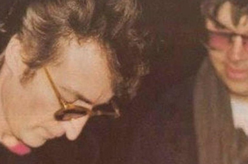John Lennon firma un autógrafo a Mark David Chapman horas antes del crimen en 1980 Crédito: Atresmedia