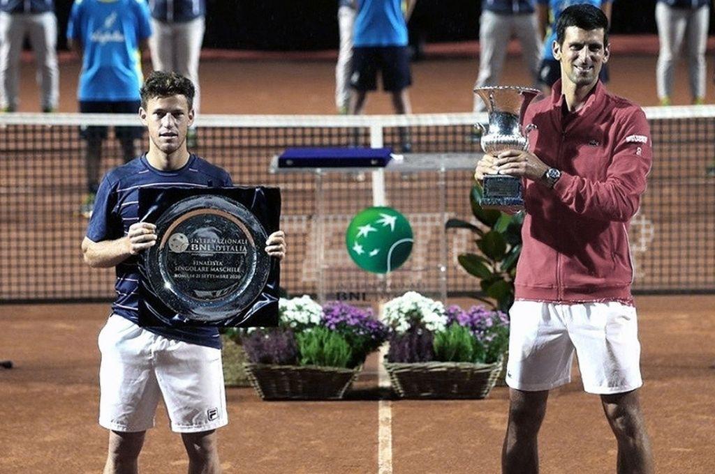 ¡Aplausos...! Schwartzman y Djokovic, con los trofeos correspondientes al segundo y primer lugar del tradicional certamen de la capital italiana. Crédito: Gentileza ATP