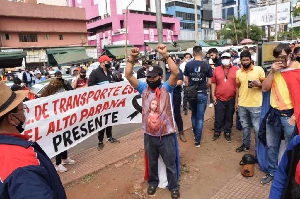 Manifestantes en Encarnación. La ciudad está unida a Posadas por el Puente Internacional San Roque González de Santa Cruz, que cruza el río Paraná.    Crédito: Archivo