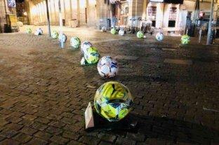 Madrid: suspendieron campaña publicitaria de La Liga con pelotas de hormigón porque la gente las pateaba