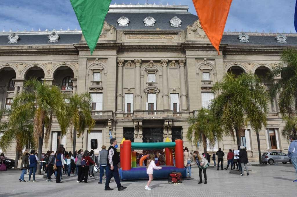 Una de las anteriores manifestaciones frente a Casa de Gobierno. Instalaron un pelotero inflable y hubo juego para los niños Crédito: Guillermo Di Salvatore
