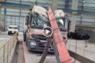 San Juan: cayeron dos toneladas de hierros sobre un camión en una metalúrgica