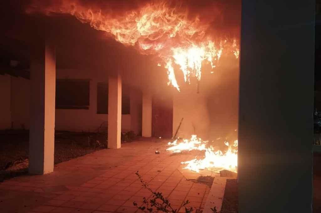 Se cree que el fuego comenzó cuando alguien arrojó un elemento tipo bomba Molotov.   Crédito: Gentileza