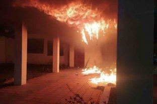 Atentado incendiario en un comedor de barrio Sur - Se cree que el fuego comenzó cuando alguien arrojó un elemento tipo bomba Molotov.   -