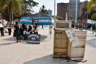 Los jardines maternales instalaron una carpa negra frente a Casa de Gobierno