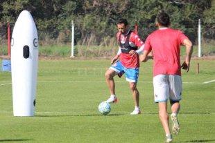Plantel y cuerpo técnico al día, mientras Azconzábal prueba con un 4-3-3 - Corvalán trabaja como marcador central en el equipo de Azconzábal. -