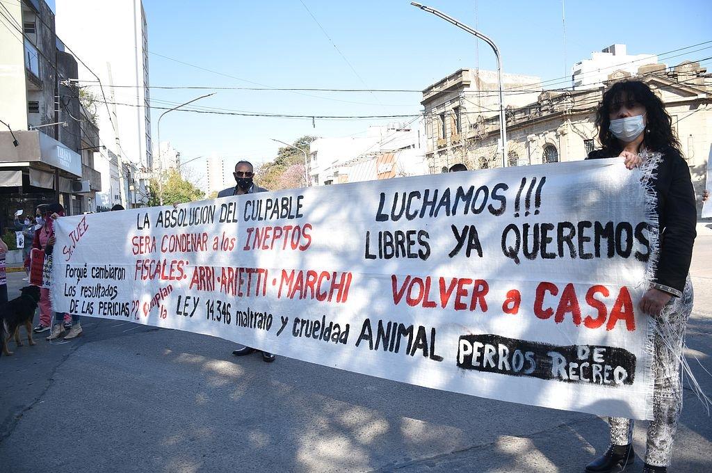 Manifestación de defensores de los derechos de los animales. Crédito: Archivo El Litoral / Manuel Fabatía
