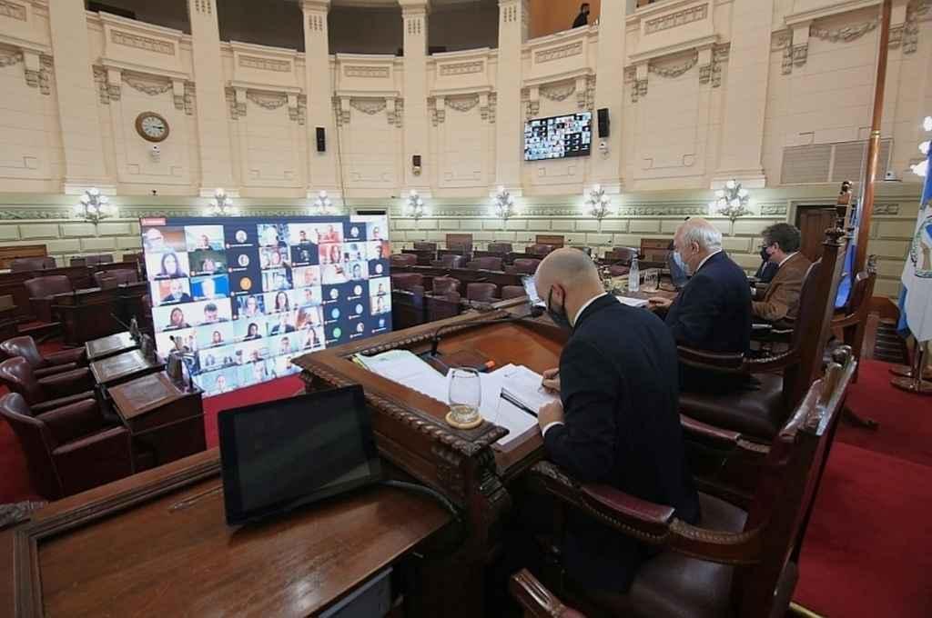 Con Lifschitz, secretarios parlamentarios y poco personal y los diputados en pantallas. La postal de la Cámara en Covid 19.    Crédito: Cámara de Diputados