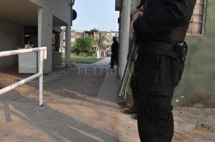 """Allanaron departamentos del Fonavi en busca de los """"tira-tiros"""" y sus armas - Para evitar cualquier intento de resistencia, la policía utilizó un importante número de uniformados de la Agrupación Cuerpos. -"""