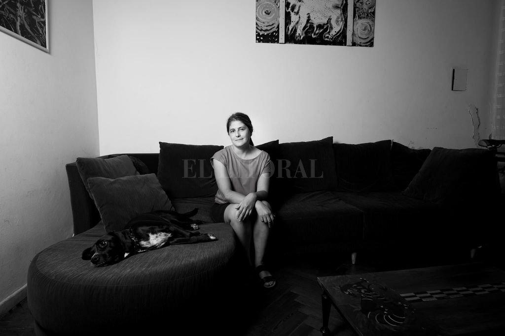 La escritora oriunda de Villa Elisa dice que sus vivencias de juventud son claves para construir sus personajes, pero también su recorrido por obras literarias de grandes autores. Crédito: Gentileza Agustina Fernández