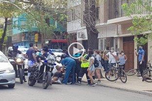 """Video: 20 detenidos en una batalla campal entre municipales y """"skaters"""" en Mendoza"""