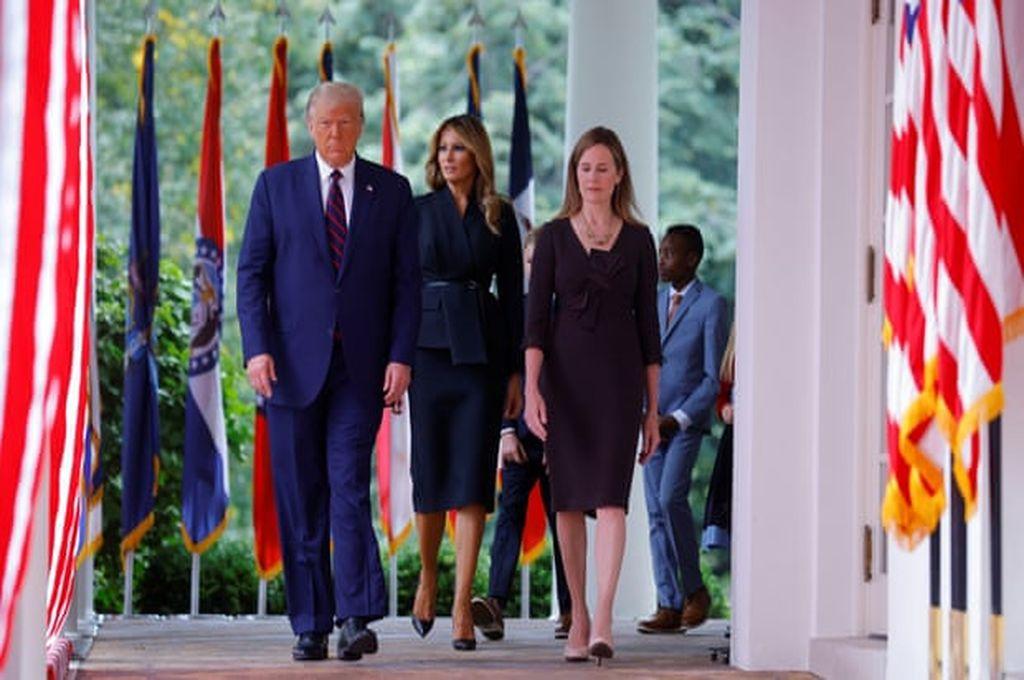 Donald y Melania Trump llegando a la Casa Blanca con Amy Coney Barrett  Crédito: Reuters